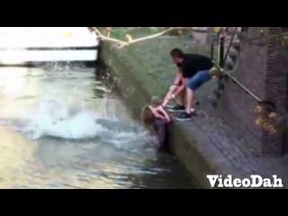 Парни трахнули девушку в короткой юбке / Групповое порно